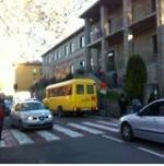Il traffico davanti alla scuola elementare. Un problema risolvibile