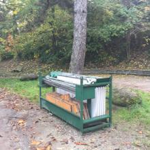 Segnalazione abbandono di mobili in pineta
